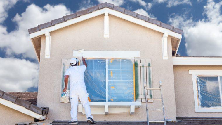 Pintar casas es un negocio que se inicia rápido pero que requiere de algunas técnicas especiales para pintura de techos, tomacorrientes y detalles adicionales. (Foto Prensa Libre: Shutterstock)