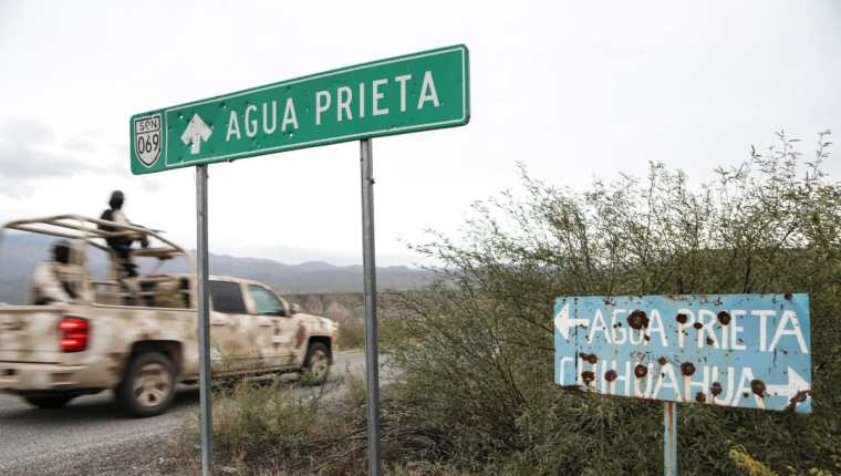 En el camino, en el municipio de Bavispe, en la cordillera de Sonora, México, se ve un letrero con balas que señala a Agua Prieta y Chihuahua. (Foto Prensa Libre: AFP)