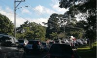 El tránsito vehicular por el bulevar El Naranjo, zona 4 de Mixco se complicó este 27 de noviembre por un ataque armado ocurrido en la zona 3 capitalina. (Foto Prensa Libre: Antonio Barrios)
