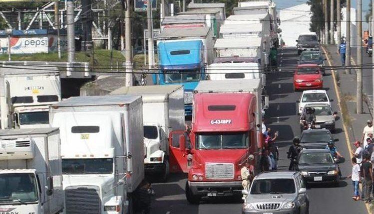 Los pilotos del transporte pesado manifestaron contra la medida. (Foto Prensa Libre: Hemeroteca PL)