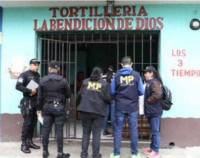 Los operativos se desarrollaron en varios comercios. (Foto Prensa Libre: MP)
