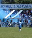 Los aficionados celebraron en el Estadio Municipal de Santa Lucía. (Foto Prensa Libre: Carlos Paredes)