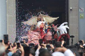 Durante su salida se le lanzó confeti a la Virgen de la Inmaculada Concepción.  Foto Prensa Libre: Érick Ávila