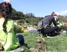 Su hijo muerto le dejó a María una nieta de 4 años a la que muchas veces lleva con ella al cementerio.