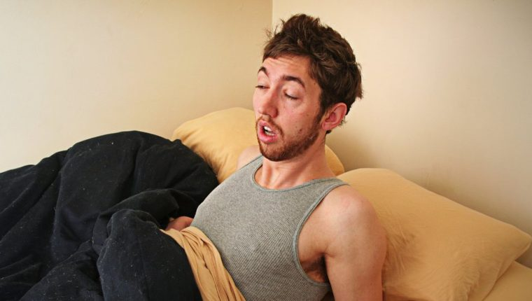 La inercia del sueño se caracteriza por una una acentuada reducción de la vigilancia, un incremento de la somnolencia y un rendimiento cerebral deficiente.