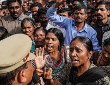 Miles de personas protestaron frente a una estación de policía, en la ciudad de Hyderabad, en rechazo al asesinato de la mujer. REUTERS