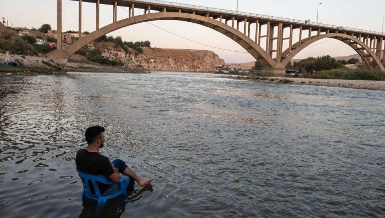 La calma antes de la tormenta. Un hombre descansa en la orilla del Tigris, mientras las aguas, suben lentamente hasta sumergir a su pueblo, perdiéndose así uno de los lugares habitados más antiguos del mundo.