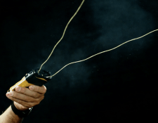 El dispositivo BolaWrap lo utilizan fuerzas policiales de Estados Unidos como arma no letal para contener a individuos. WRAP TECHNOLOGIES