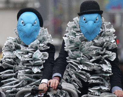 Activistas vestidos como águilas protestaron contra los acuerdos de pago de Barclays en la Junta General anual de 2012.