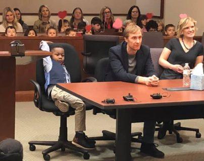 Michael se veía relajado mientras se formalizaba su adopción en un tribunal de Michigan, Estados Unidos. TRIBUNAL DEL CONDADO KENT
