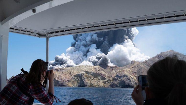 Así captaron unos turistas la erupción del volcán desde un barco. EPA