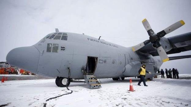 """El avión Hércules C-130 de la Fuerza Aérea de Chile fue declarado como """"siniestrado"""" por las autoridades. (Foto Prensa Libre: AFP)"""