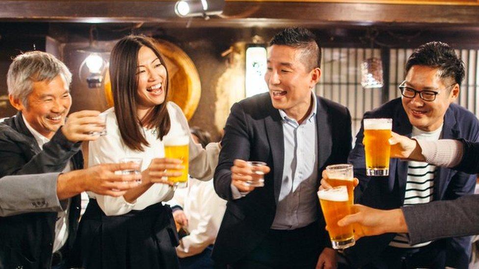 """""""Nomikai"""": qué es esta práctica y por qué beber alcohol con los jefes se ha vuelto tan polémico en Japón"""