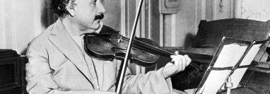 Albert Einstein tocaba el violín, una habilidad que se suma a sus especialidades en otras materias y que se corresponde así con la definición de las personas polímatas. GETTY IMAGES