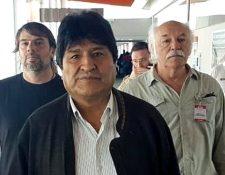Evo Morales cruza las instalaciones del aeropuerto de Buenos Aires en sus primeros minutos en Argentina.