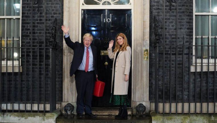 Boris Johnson y su pareja Carrie Sydmons en la puerta del número 10 de Downing Street tras la aplastante victoria de los conservadores.