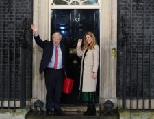 Boris Johnson y su pareja Carrie Sydmons en la puerta del número 10 de Downing Street, tras la aplastante victoria de los conservadores el jueves.