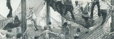 En la Aldea de los Niños, McMillan dio rienda suelta a su imaginación para diseñar atracciones como la montaña de redes.