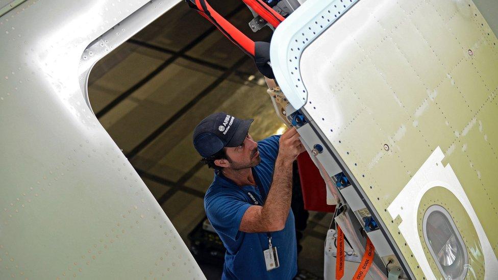 ¿Por qué es técnicamente imposible abrir la puerta de un avión en pleno vuelo?