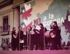 Cuando Quilapayún cantó por primera vez la melodía tuvo que hacerlo apoyado con textos, pues no se sabían la letra de memoria. Atrás, un letrero que dice: No a la guerra civil.
