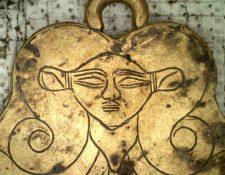 Una de las piezas de oro halladas en las tumbas es un colgante que representa a la diosa egipcia hathor, una protectora de los muertos. EPA