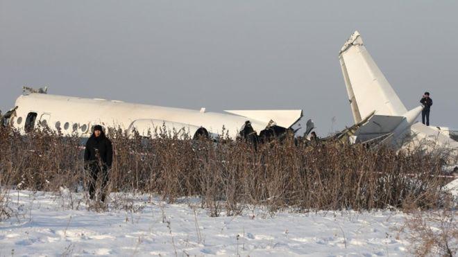 Al menos 14 muertos al estrellarse un avión con 100 personas a bordo en Kazajistán