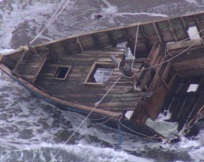 Para la policía fue difícil acceder al bote a causa del mal tiempo.