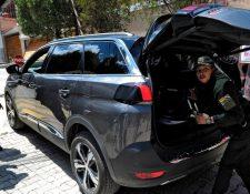La policía boliviana ha estado revisando los carros que salen y entran de la comunidad cerrada donde se encuentra la residencia de la embajadora de México en La Paz.