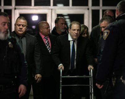 El productor de películas Harvey Weinstein en su paso por la Corte de Nueva York. (Foto Prensa Libre: AFP)