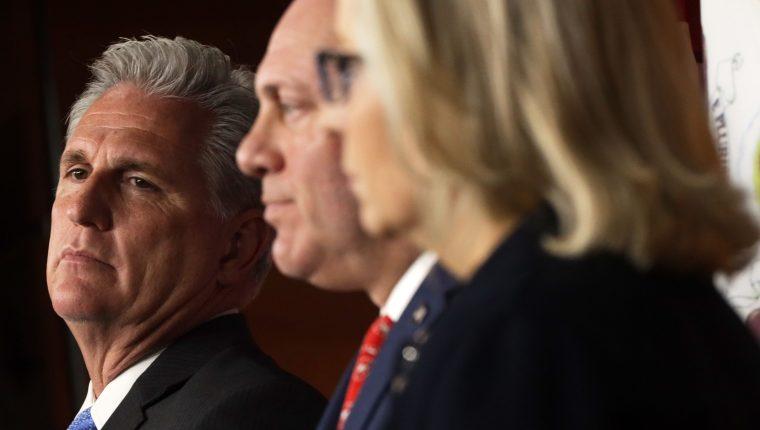 Congresistas demócratas, durante una conferencia de prensa en la que hablan sobre el reporte que sustenta el señalamiento de que Donald Trump abusó del poder con fines políticos y personales. (Foto Prensa Libre: AFP)