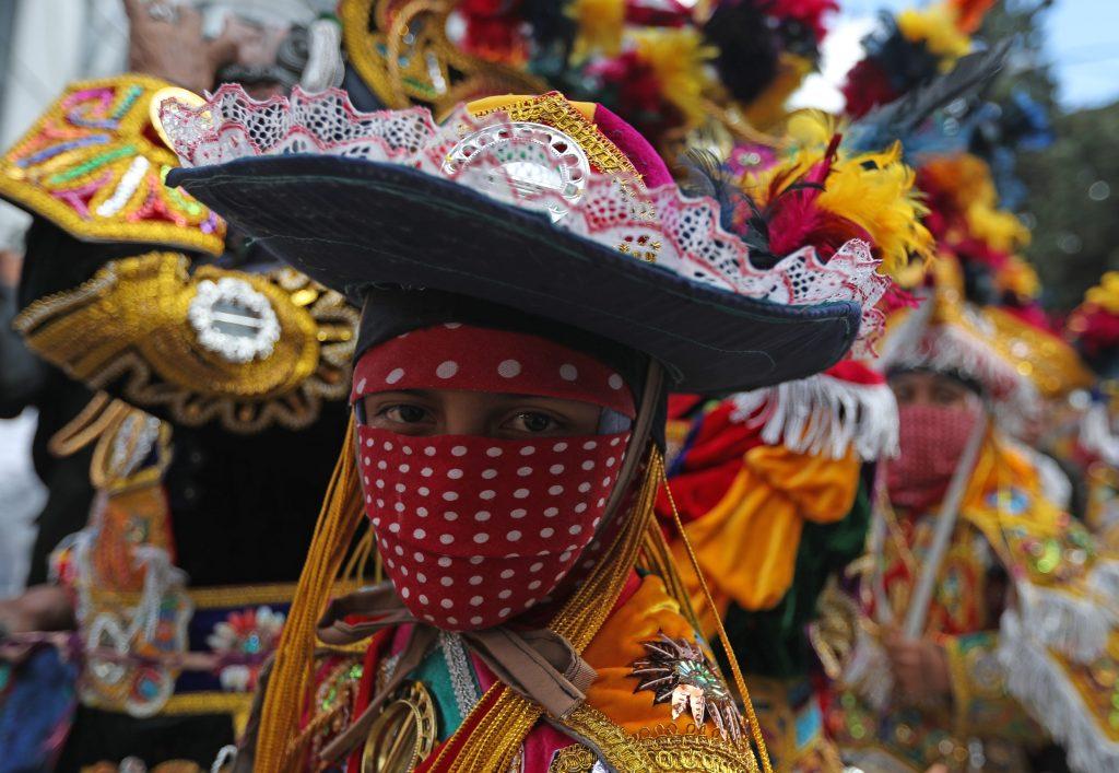 """Parte de los cortejos de rezados en Guatemala es el acompañamiento de """"los Moros"""". Foto Prensa Libre: Óscar Rivas"""