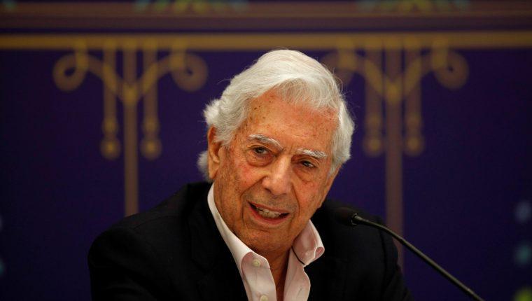 """El escritor peruano Mario Vargas Llosa habla sobre su libro """"Tiempos Recios"""" este domingo, durante una rueda de prensa en el marco de la 33 edición de la Feria Internacional del Libro de Guadalajara, en Jalisco (México). Foto Prensa Libre: EFE"""
