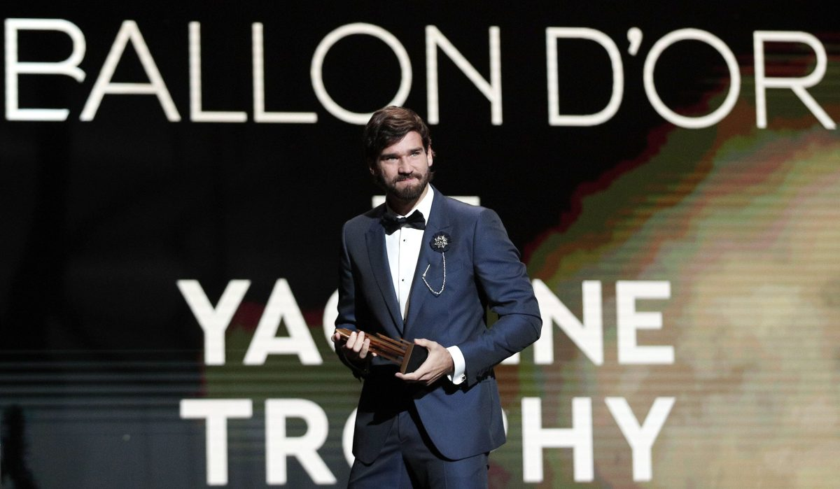 Alisson Becker gana Trofeo Yashin al mejor arquero del año