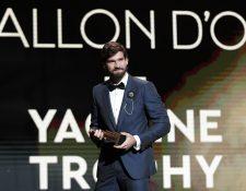 El portero del Liverpool Alisson Becker recibe el premio como el mejor. (Foto Prensa Libre: EFE)