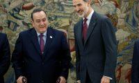 GRAF3381. MADRID, 04/12/2019.- El rey Felipe VI recibe en audiencia al presidente electo de Guatemala, Alejandro Giammattei (i), este miércoles en el Palacio de la Zarzuela de Madrid, en el marco de la ronda de encuentros con mandatarios extranjeros que han asistido a la COP25. EFE/ Javier Lizón