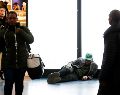 Una persona duerme en una de las calles de Nueva Jersey, en donde los indigentes y los ancianos han sido afectados por la propagación del coronavirus. (Foto Prensa Libre: EFE)