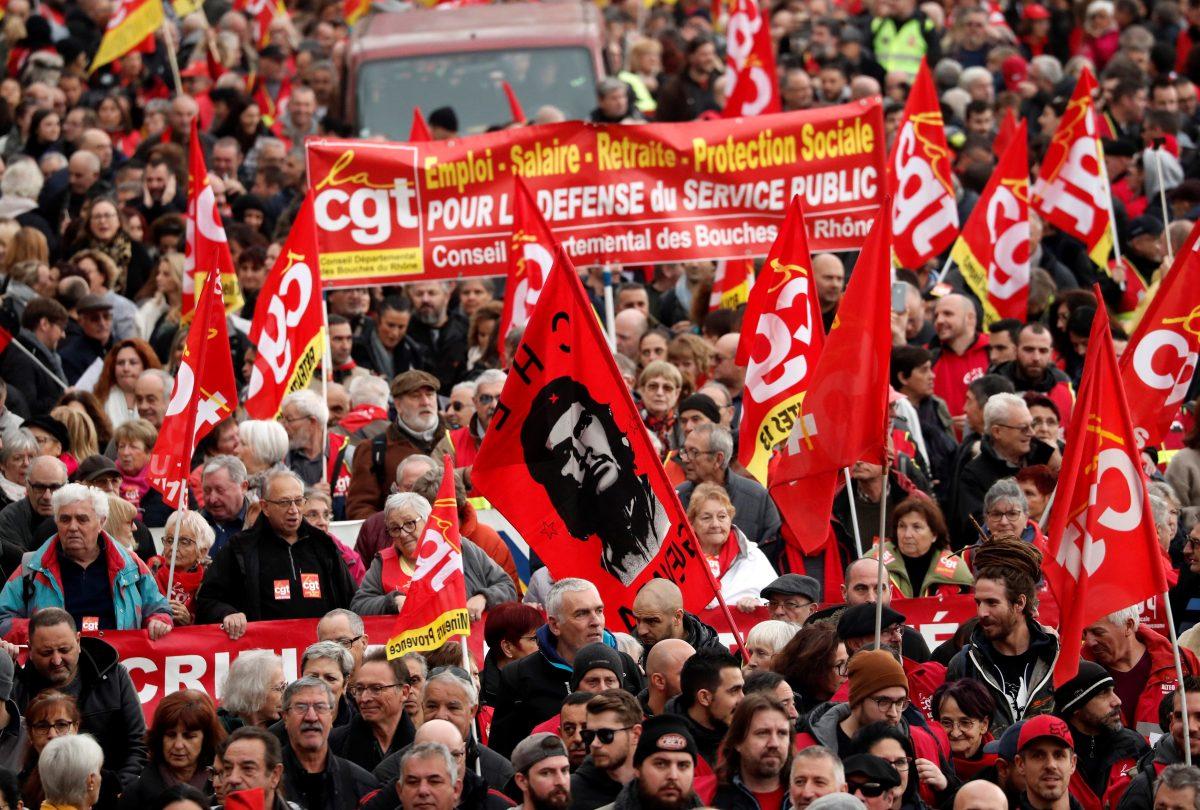 """Masiva marcha y huelga en Francia para decir """"no"""" a la reforma de pensiones de Macron"""