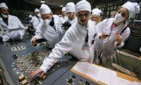 """GRAF4049 Un empleado (c) explica a los visitantes y periodistas el funcionamiento de la sala de control del tercer reactor de la central nuclear de Chernóbil (Ucrania) el 20 de abril de 2018. Aunque las centrales nucleares emiten poco CO2, las organizaciones ecologistas demandan su cierre ya que si se considera todo el ciclo de construcción de las instalaciones, su desmantelamiento, la fabricación del combustible y la gestión de los residuos radiactivos, las emisiones de la energía nuclear son """"considerables"""", de unos 66 gramos de CO2/kwh de media, según fuentes ecologistas. Los 448 reactores actualmente en operación producen alrededor del 11,5% de la electricidad mundial. En España, genera el 35 por ciento de la electricidad libre de dióxido de carbono (CO2), por lo que sus responsables defienden su labor en la lucha contra el cambio climático. La Cumbre del Clima de Naciones Unidas COP25 se celebra del 2 al 13 de diciembre en Madrid, para convertirse en la última reunión para activar el Acuerdo de París, concebido como el primer pacto mundial vinculante en defensa del clima del planeta, que tiene que estar plenamente vigente en enero de 2020. EFE/Archivo/Serguey Dolzhenko"""