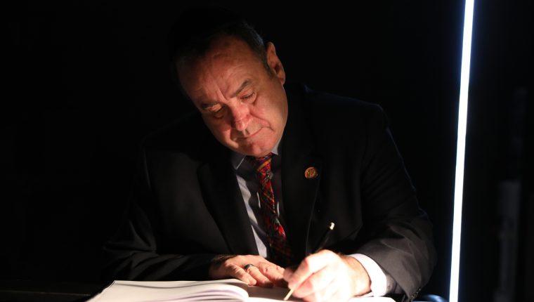 El presidente electo de Guatemala, Alejandro Giammattei, firma el libro de visitas en el Salón de la Memoria en el museo conmemorativo del Holocausto Yad Vashem en Jerusalén. (Foto Prensa Libre: EFE)