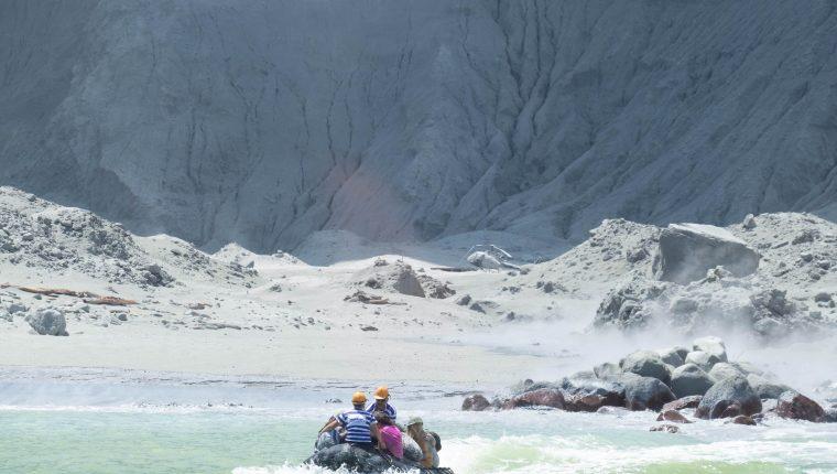 Una imagen proporcionada por el turista Michael Schade muestra a un grupo de personas que huyen en un barco  de White Island (volcán Whakaari), mientras el volcán está en erupción, en la Bahía de Plenty, Nueva Zelanda. (Foto Prensa Libre: EFE)