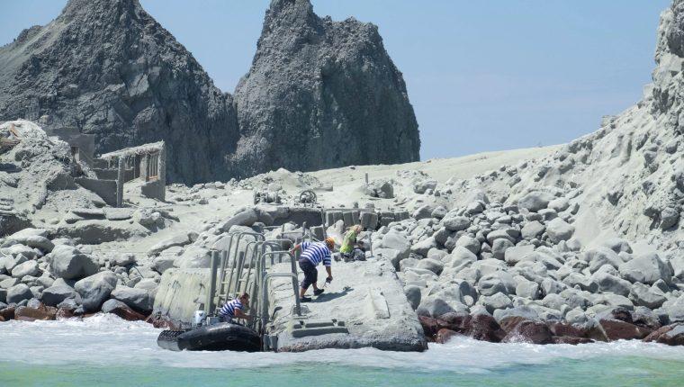 Esta imagen proporcionada por el visitante Michael Schade muestra a los turistas y guías turísticos que huyen del volcán White Island (Whakaari), cuando entra en erupción. (Foto Prensa Libre: EFE).