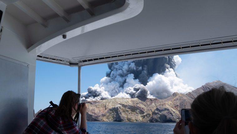 Una fotografía de un turista muestra el volcán White Island en la Bahía de Plenty en Nueva Zelanda durante la erupción del volcán. (Foto Prensa Libre: EFE)
