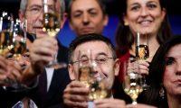 GRAFCAT8851. BARCELONA, 12/12/2019.- El presidente del FC Barcelona, Josep Maria Bartomeu (c), brinda junto a los miembros de su junta directiva durante la tradicional comida de Navidad del club azulgrana con la prensa que se ha celebrado este jueves en el Camp Nou. EFE/Alejandro García.