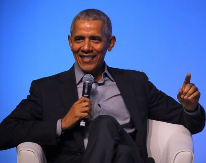 El ex presidente estadounidense Barack Obama habla en el escenario en un evento de la Fundación Obama en Kuala Lumpur, Malasia, el 13 de diciembre de 2019.  (Foto Prensa Libre: EFE)