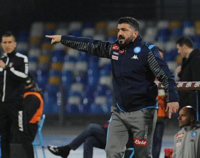 El entrenador del Nápoles, Gennaro Gattuso, da instrucciones durante el partido de la Serie A italiana entre SSC Napoli y Parma Calcio en el estadio San Paolo en Nápoles. (Foto Prensa Libre: EFE)