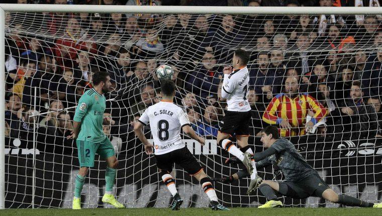 El centrocampista del Valencia CF Carlos Soler (Segundo izquierda) remata para conseguir su gol, primero del equipo frente al Real Madrid. (Foto Prensa Libre: EFE)