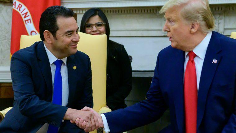 El presidente Jimmy Morales junto a Donald Trump en la Oficina Oval. (Foto Prensa Libre: AFP)