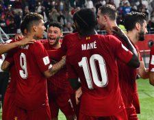 Roberto Firmino celebra con sus compañeros el triunfo del Liverpool frente al Monterrey. (Foto Prensa Libre: EFE)