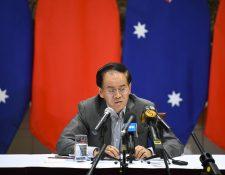 El embajador chino en Australia, Cheng Jingye (C), habla con los medios de comunicación después de una conferencia de prensa en la residencia del embajador en Canberra, Australia, en diciembre de 2019. (Foto Prensa Libre: EFE)