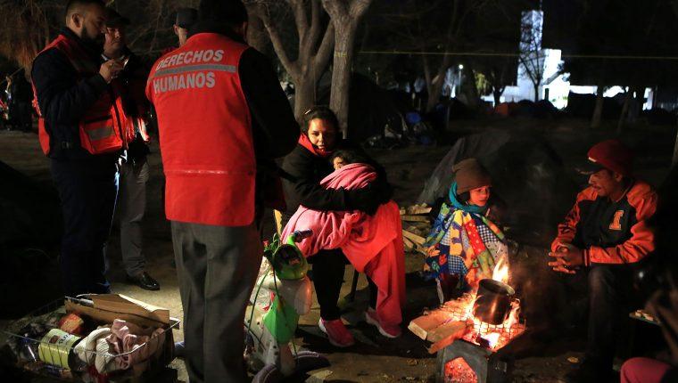 MEX1896. CIUDAD JUÁREZ (MÉXICO), 18/12/2019.- Migrantes centroamericanos se protegen del frío este miércoles, en un albergue de Ciudad Juárez en el estado de Chihuahua (México), en medio de una onda invernal debido a las bajas temperaturas que se abaten en varios estados de México.  (Foto Prensa Libre. EFE)